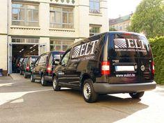 Fuhrparkbeschriftung im Expressservice! Eine perfekte Logistik ist wichtig, um eine große Fahrzeugzahl in kurzer Zeit und dazu natürlich in bester Qualität, zu beschriften. Der Vorteil für den Kunden: Die Fahrzeuge fallen nur eine minimale Zeit aus, um dann schnell wieder zur Verfügung zu stehen.