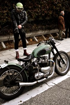 This looks like a BSA, but more probably is a Trumpet from the mid '50's
