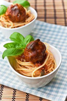 """""""meatballs and pasta"""" von Jamie Oliver Obwohl wir Spaghetti Bolognese sehr mögen, koche ich sie fast nie. Das liegt daran, dass meine Mama göttliche Bolognese Sauce zaubert, in die sich Aleksandar ..."""