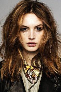 hair color, mid-length waves
