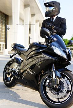 nice riding 2 work w/a suit and tie on a (Yamaha motorcycle Yamaha R6, Ducati, Motos Honda, Honda Cx500, Cool Motorcycles, Triumph Motorcycles, Bobbers, Moto Design, Outdoor Fotografie