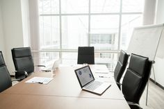 Modern office boardroom interior with conference table and big window Free Photo Shop Buildings, Modern Buildings, Flat Design, Modern Design, Building Icon, Rooms For Rent, Big Windows, Conference Table, Coworking Space