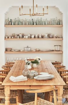 Get inspired by these dining room decor ideas! From dining room furniture ideas, dining room lighting inspirations and the best dining room decor inspirations, you'll find everything here! Dining Room Design, Dining Area, Kitchen Dining, Dining Rooms, Dining Room Shelves, Wood Shelves, Display Shelves, Dining Tables, Side Tables