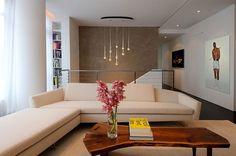 table basse en bois brut en forme longue et étroite dans le salon contemporain