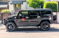 https://flic.kr/p/VGAAhE   HUMMER H2   Der Hummer H2 ist ein SUV-Modell der US-amerikanischen Automarke Hummer.  Der H2 ist der Versuch von GM, die steigende Nachfrage nach Sport Utility Vehicles (SUV) zu nutzen und dabei gleichzeitig von der Popularität des militärischen Hummer zu profitieren. So ist der H2 technisch eng verwandt mit seinen Konzernbrüdern Chevrolet Tahoe und Cadillac Escalade, ähnelt jedoch optisch mehr dem H1. Der H2 weist gute Geländeeigenschaften auf, die jedoch die des…