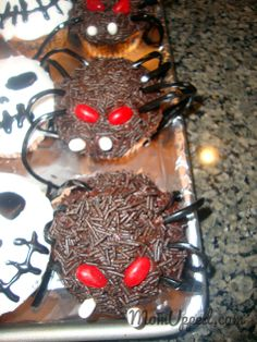 Halloween Spider Cupcakes  http://www.momupped.com/how-to-decorate-halloween-cupcakes-1.html