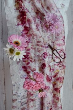 Bundle dyeing with Botanical Inks. Read here about this amazing process that allows you to transform fabrics with flowers and kitchen waste. Fabric Painting, Fabric Art, Fabric Crafts, Natural Dye Fabric, Natural Dyeing, How To Dye Fabric, Dyeing Fabric, Fabric Dyeing Techniques, Tie Dye Crafts