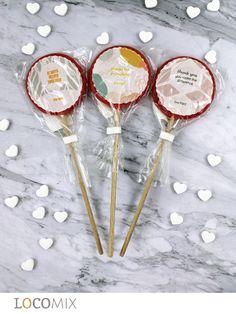 De Foto Lolly is perfect voor Valentijnsdag en is een leuke manier om uw logo tentoon te stellen. De lolly's bevatten eetbaar papier waarop u uw logo kunt laten bedrukken met een full colour ontwerp. De lolly's hebben een aardbeiensmaak en zijn vanaf 20 stuks te bestellen. #zakelijke #bedankjes #Valentijnsdag Tennis Racket, Paper