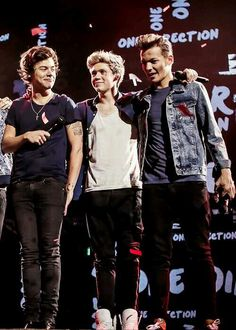 I love Harry's hair like that. And OMG they all look so sexy -E