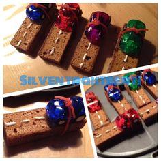 Heerlijke jongens traktatie voor in de klas! Auto's op een koekje, ehm WEG natuurlijk! Pijnenburg koek met wegstrepen van glazuur (pen aldi) en een auto's van Action!