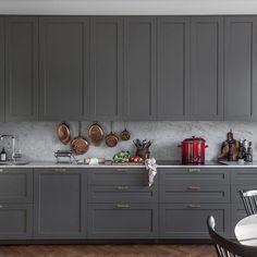 P1 luckor i mörkgrå nyans, stylat av Ida Sjöman och foto av Philip Seaton. #pickyliving #idasjolin #philipseaton #kök #köksluckor #köksinspo #köksstyling #styling #detaljer #inredning #interiör #decor #koppar #copper #mässing #brass #marmor #marble #bianco #biancocarrara #kitchen #kitcheninspo #interior #interiordesign