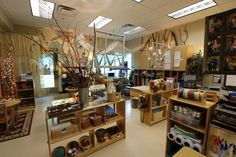 This Reggio-inspired/natural classroom allows students to move about freely, explore at their pace and build upon their cognitive, social, emotional and physical skills. Kindergarten Classroom Setup, Reggio Emilia Classroom, Reggio Inspired Classrooms, Early Years Classroom, Reggio Classroom, Classroom Decor Themes, Toddler Classroom, Classroom Setting, Classroom Design