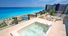 7. Park Royal Cancún, Se encuentra frente a Plaza La Isla, una de las más famosas en la Zona Hotelera de Cancún, su categoría es de 4 estrellas, tiene una hermosa playa donde además de disfrutarla se puede hacer diferentes actividades acuáticas.