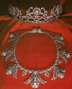 Platina e colar de diamantes assinado Cartier, Londres, com 70 quilates de diamantes europeus finos ajustados no projeto rosebud e folha.