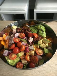 Detox Salat  Grüner Salat mit Avocado, Tomaten, Gurken, Tofu, Paprika, roten Zwiebel, Oliven und getrockneten Tomaten Dressing auf Apfelessig, Zitronensaft und Olivenöl Salz und Pfeffer und frische Kräuter darüber geben