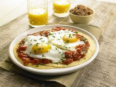 """Huevos rancheros - Mexikanische """"Eier nach Farmerart"""" – serviert mit milder Salsa auf zwei warmen Tortillas und Petersiliengarnitur."""