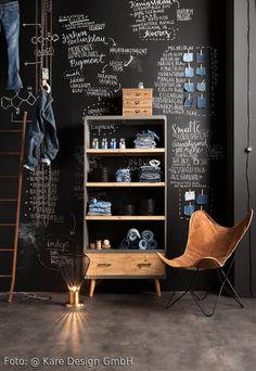 Urbaner Wohntraum im Loft-Stil. Tafellack an der Wand, Mariposa Chair, Industrial Design – Möbel und Interior! Mehr Wohn-Inspiration auf roomido.com #living #wohnen #interior