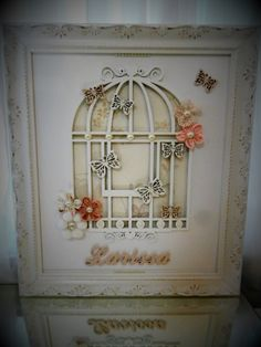 Quadro gaiola laqueado, com moldura provençal. Com apliques de flores e borboletas. Nome escolhido pela cliente