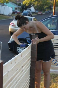 Building an amazeballs horizontal fence...and makin' it look easy.