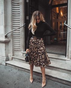 Black blouse and leo printed midi skirt - Midi Skirts - Ideas of Midi Skirts- Blusa negra y falda midi leo estampada. Black blouse and leo printed midi skirt - Midi Skirts - Ideas of Midi Skirts- Blusa negra y falda midi leo estampada. Combat Boots Dress, Dress With Boots, Women's Boots, Skirt Boots, Snow Boots, Heeled Boots, Ankle Boots, Combat Boots Look, Business Outfit Damen