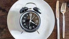 Fasten macht gesund. Es kann bei der Prävention von Alzheimer, Demenz und Brustkrebs helfen. Und Genussmenschen sei gesagt: Es lässt sich leicht in den Alltag integrieren. Alarm Clock, Alzheimer's Dementia, Meal, Health, Simple, Projection Alarm Clock, Alarm Clocks