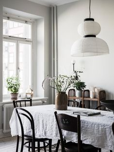 The living room is the location of your house which is ideal for decorating with a vintage mirror. Room Interior Design, Beautiful Interior Design, Rooms Ideas, Minimalist Home Decor, Dining Room Lighting, Dining Rooms, Of Wallpaper, Cozy House, Interiores Design