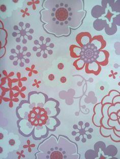Behang, roze achtergrond met verschillende bloemen in verschillende rode, roze en paarse tinten (niet meer leverbaar)