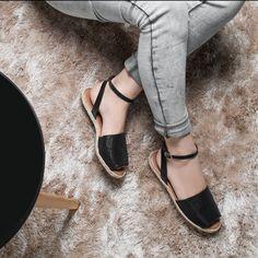 Avarcas são sinônimo de estilo. Essa da minha coleção está linda não acham? #ValentinaFlats #shoes #fashion #loveit #loveshoes #shoeslover #flat #pretty #love #trend