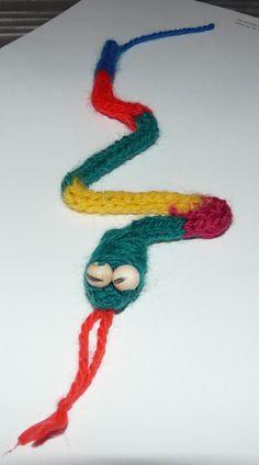 Les 7: Sissende slang. Ouderwets punniken... Lucet, Circuit, Crochet Necklace, Crafts For Kids, Workshop, Weaving, Africa, Craft Work, Breien