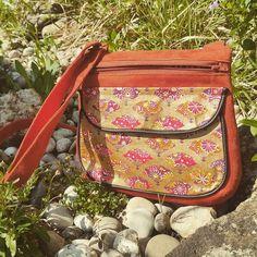 """Manuelafait ! sur Instagram: """"Polka"""" Petit sac bandoulière pour tous les jours. Tissu principal suedine Alaska. Une poche plaquée devant coton japonisant Or. Deux…"""