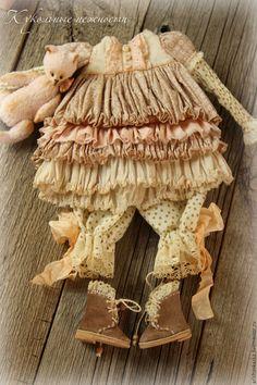 Купить или заказать Одежда  для кукол , стиль бохо , шебби шик в интернет-магазине на Ярмарке Мастеров. Комплект одежды для кукол в стиле шебби-шик , бохо : комбинированное платьице с длинным рукавом , панталончики , замшевые ботиночки ручной работы . Одежду не продаю ,выложила для оформления витрины магазина. МАСТЕР-КЛАССЫ www.livemaster.ru/arishaskazka2…