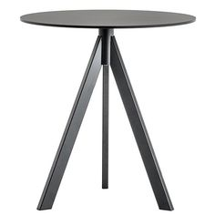 with an industrial look where the three tube steel legs in rectangular section converge in the middle of the table top recalling the trestles used by blacksmiths. It can be matched with tabletops of different sizes and finishes, also suitable for outdoor. Metal Furniture, Table Furniture, Cool Furniture, C Table, Dining Room Table, Tube Acier, Metal Stool, Contract Furniture, Middle