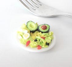 Assiette de salade miniature réalisée en pâte polymère. Magnet