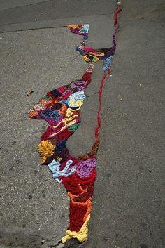 забивать в трещины разноцветную пряжу — это уже уличное искусство!