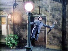 """Singing in the rain: """"-Te amo, te amo, te amo, te amo, te amo, te amo.  -¿Habrán pagado a alguien por este guión? """""""