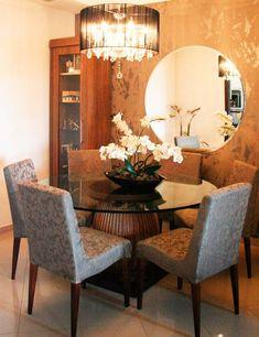 Mesa, espelho e lustre redondos