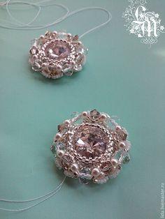 Не так давно я увлеклась плетением из бисера. Каждый кристалл риволи Сваровски заслуживает своей собой индивидуальной огранки, поэтому я создаю свои авторские варианты с использованием различных бусин, биконусов и жемчуга.