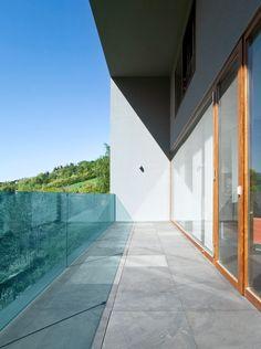 DIY-Glas fertigt für Sie Ihr Glas individuell nach Ihren Wünschen und Bedürfnissen an. Falls Sie bei Ihrer Bestellung Entscheidungsschwierigkeiten haben, stehen wir Ihnen mit unserer kostenlosen Beratung zur Stelle. So oder so liefern wir Ihnen Ihr Glas sicher nach Hause. Konfigurieren Sie jetzt Ihr Glas online und lassen Sie sich kostenlos von uns beraten! Rock, Montage, Garage Doors, Sidewalk, Stairs, Stone, Outdoor Decor, Home Decor, Grey