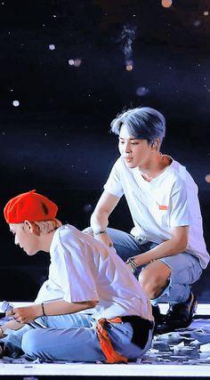 i needa get me a guy who looks at me like jiminie is lookin at tae🥺🥺 Jung Hoseok, Kim Namjoon, Bts Taehyung, Bts Bangtan Boy, Seokjin, K Pop, Park Jimim, Boy Band, Die Beatles