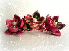 Barrette pour cheveux avec trois fleurs en tissu japonais rose et or. Esprit origami : Accessoires coiffure par kiff-et-wak