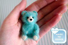 Aguja de fieltro oso miniatura hecho een mano door SaniAmaniCrafts