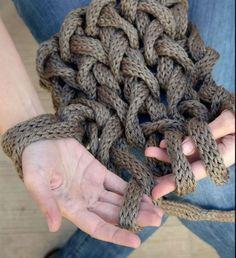 La última tendencia es tejer con los brazos y no cualquier cosa sino las mantas XXL de la deco nórdica que hacen furor en las redes. ¡Mirá!