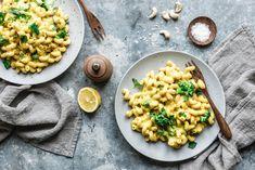 Probier' doch mal unsere superschnell gekochten und genial leckeren veganen Mac & Cheese mit einer unglaublich cremig-käsigen Sauce aus Kartoffeln, Karotten, Cashewkernen, Knoblauch und Hefeflocken! Dazu packen wir Brokkoli für die Extraportion Gemüse. Oh yeah! 🥦🥦