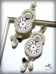 Orecchini soutache con componenti centrali raffiguranti degli orologi, con strass, perle di boemia e mezzi cristalli...