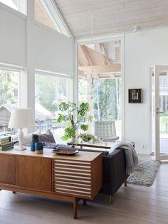 Olohuoneesta on uloskäynti lasitetun verannan kautta terassille. Ulkona näkyy vanha luhtiaitta, jossa on nukkumatilaa kesävieraille. 50-luvun senkki on perintöä Liisan vanhemmilta. Uudelleen verhoiltu Skannon sohva on säilynyt hyvänä vuosikymmeniä.