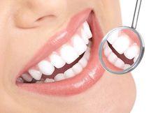 Volete avere dei denti bianchissimi? Niente paura, basta davvero poco: un limone e del bicarbonato. Mischiateli in una terrina di vetro e aspettate alcuni minuti che la schiuma che provoca la reazione iniziale, scompaia. Dopo il composto si raddenserà leggermente e a quel punto spalmatelo sui denti (con il dito o anche con del cotone). Alla fine, dopo alcune applicazioni, i vostri denti saranno più bianchi.