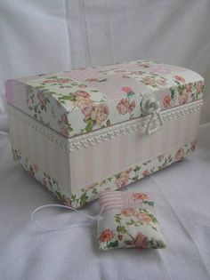 #Mimos Caixa Decorada Decoupage Suitcase, Decoupage Furniture, Decoupage Paper, Bible Study Crafts, Altered Cigar Boxes, Cardboard Paper, Pretty Box, Jewellery Boxes, Create And Craft