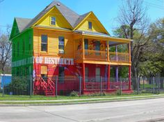 Beautiful Exterior and Interior Design of Beach House Unusual Buildings, Colourful Buildings, Colorful Houses, Purple Houses, Exterior Paint Schemes, Exterior Design, Houston Houses, Rainbow House, Unusual Homes