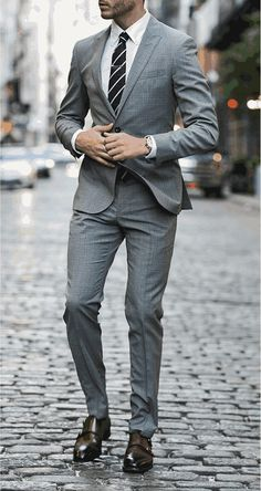 Men's Suit Buying Guide - How To Buy A Perfect Suit To Enhance Your Look! Der Gentleman, Gentleman Style, Terno Slim, Mode Costume, Style Masculin, Look Man, Cocktail Attire, Herren Outfit, Fashion Mode