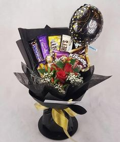 Roses Mixed Chocolates Bouquet with Foil Balloon Food Bouquet, Gift Bouquet, Candy Bouquet, Birthday Candy, Diy Birthday, Diy Graduation Gifts, Graduation Bouquet, Chocolate Flowers Bouquet, Edible Bouquets